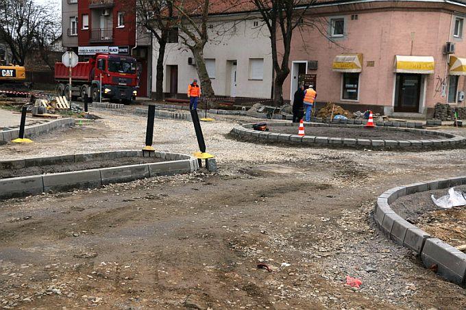Danas, deveti dan od početka radova kružni tok na križanju Zrinske i Štampareve ulice, radovi napreduju