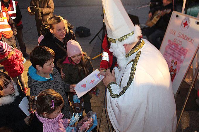 Na Korzu više od tisuću poklona za dječicu koja su pisala priče i crtala sv. Nikoli