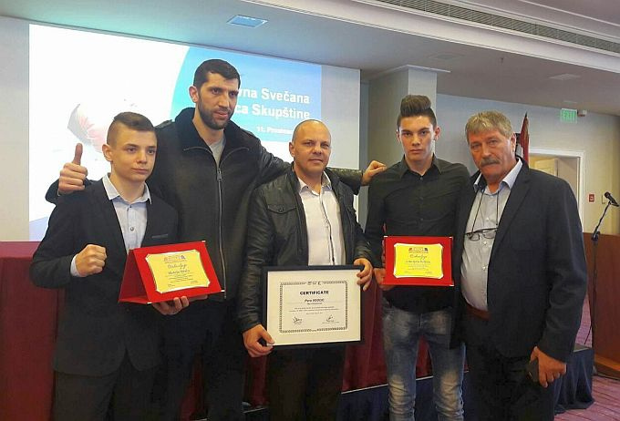 Mladom Gabrijelu priznanje , Peri Veočiću certifikt svjetske boksačke organizacije AIBA