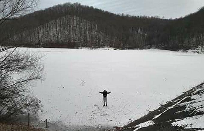 Upozorenje građanima, voda iz Petnje se ispušta, ne hodajte po zaleđenom jezeru