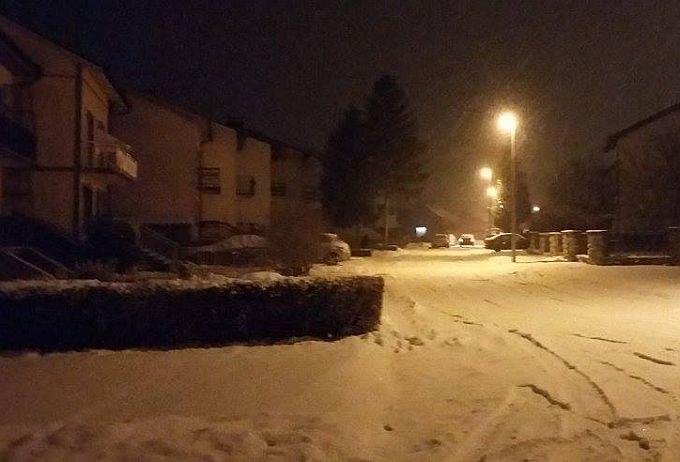 Ulice večeras prekrivene snijegom, prema najavama padat će noćas i sutra