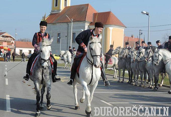Za sve ljubitelje tradicije, u Oprisavcima na pokladnom jahanju svečano obučeni jahači i prekrasni konji