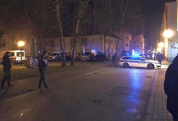 U samom centru grada kod zgrade Županijskog suda veći broj policijskih djelatnika i vozila