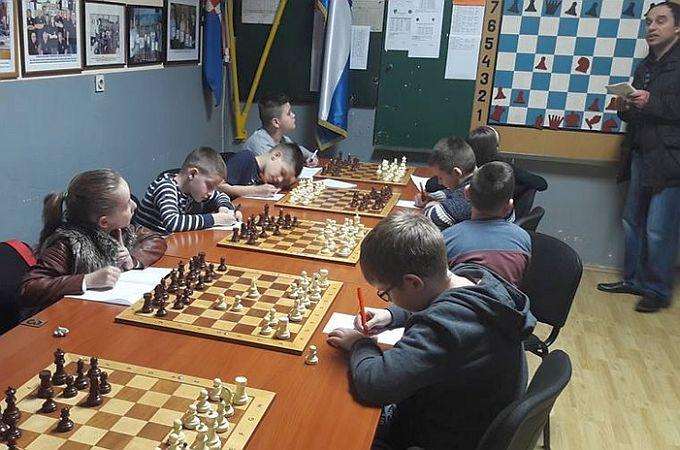 Mladi šahisti u školi šaha uče igrati i razvijaju vještine