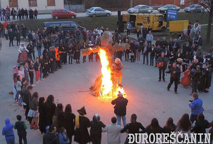Tradicionalnim velikim kolom i spaljivanjem mede u Bebrini završli pokladni dani