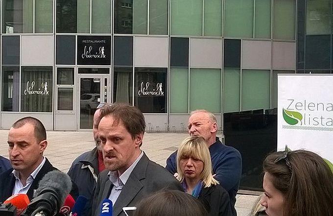 "Petar Bašić zapalio u Zagrebu par krpa da malo osjete ""miris"" i najavio tužbu protiv JANAF-a"