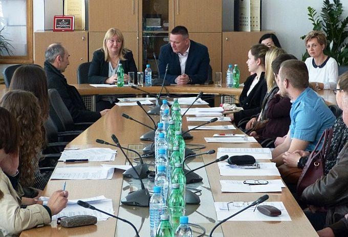 Trideset i jedan student potpisao je danas s Brodsko-posavskom županijom ugovore o stipendiranju