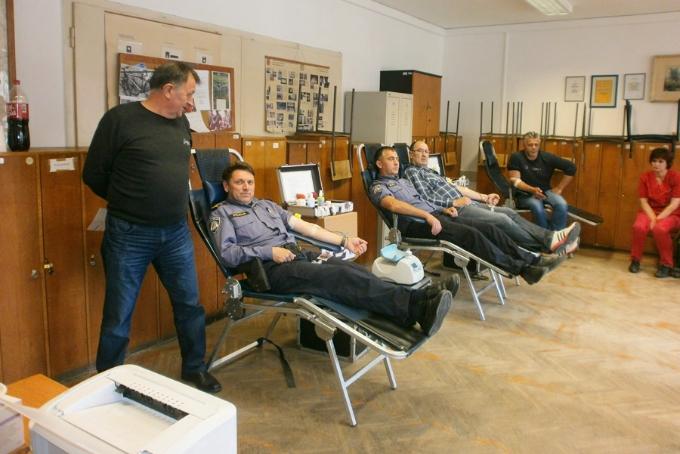 Slavonskobrodski policajci u dragovoljnoj akciji darivanja krvi