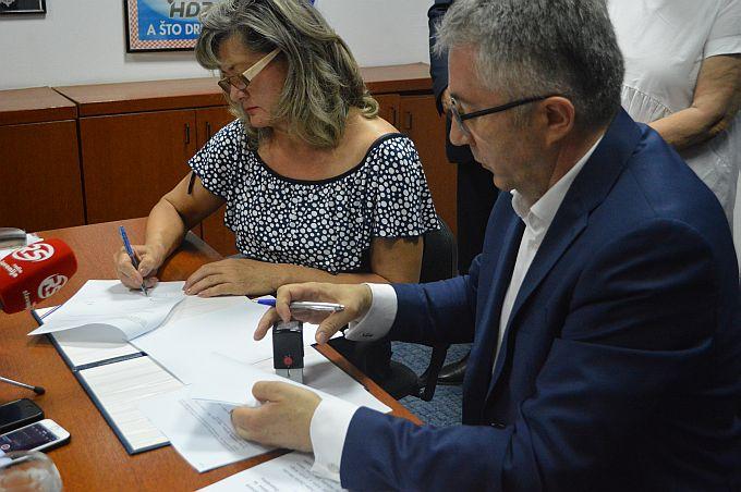 """""""Politika je umijeće mogućeg, današnje potpisivanje koalicije HDZ-a i HSLS-a je politika stabilnosti, nije politička trgovina"""", rečeno na tiskovnoj"""