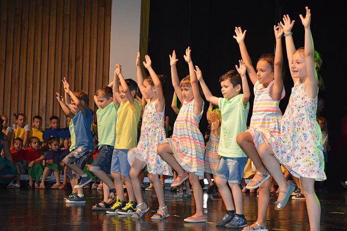 Zbogom vrtiću, na završnoj priredbi pjevalo je 230 djece, iz 12 najstarijih skupina brodskih vrtića