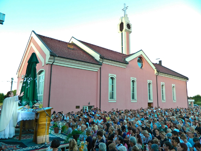 U dvorištu, pokraj župne crkve u Tišini na tisuće vjernika iz cijele Hrvatske