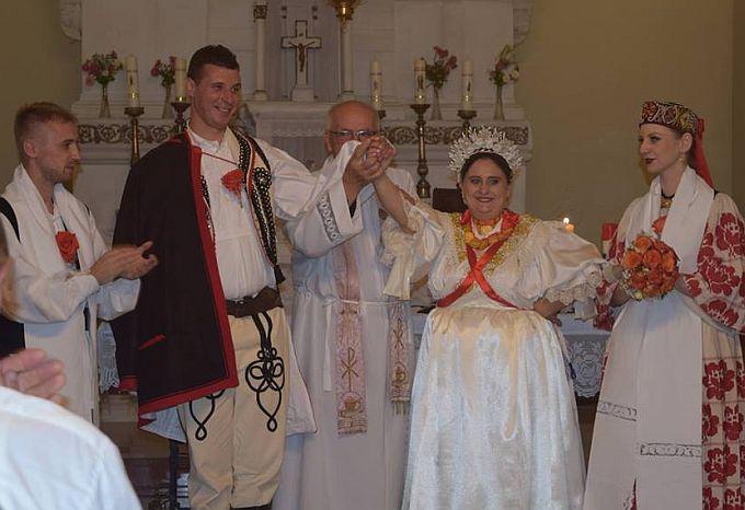 Ankica i Krešo, umjesto bijele vjenčanice i svečanog odijela, odlučili su se za vjenčanje u narodnoj nošnji