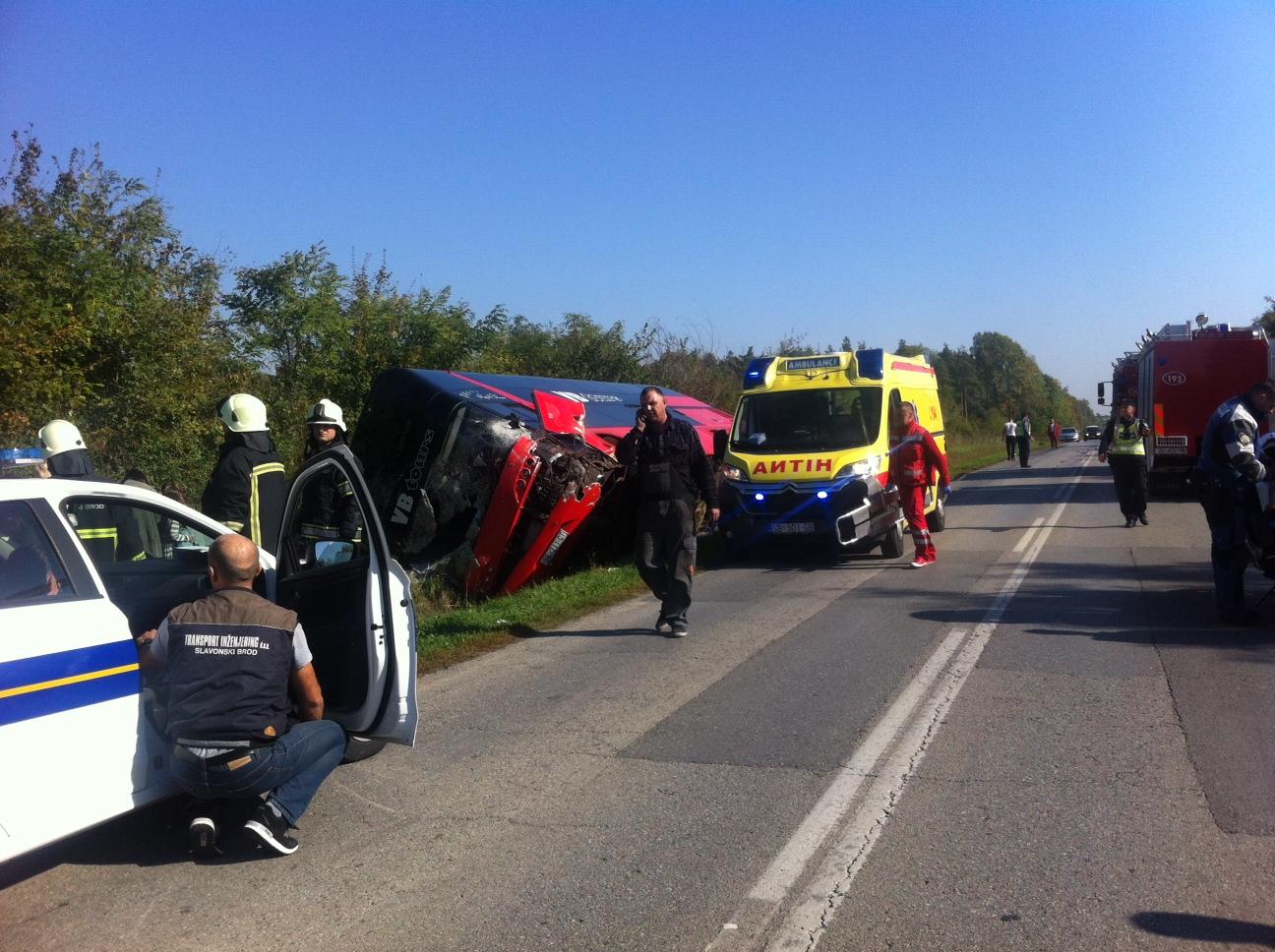 U Dolcima se prevrnuo autobus sa školskom djecom, vozač automobila poginuo