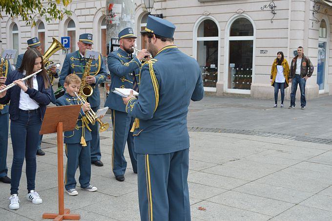 Nedjeljnu glazbenu promenadu Brođanima su danas priuštili glazbenici Željezničara