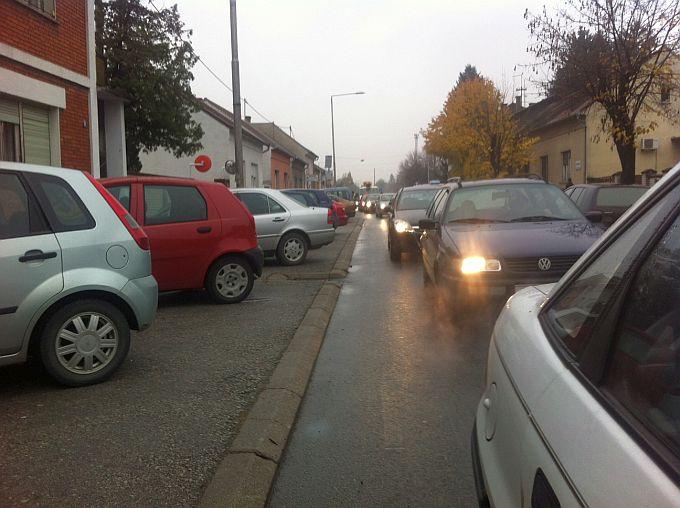 Čitatelji javljaju: Zastoji u prometu i gužve u Kumičičevoj ulici zbog postavljenog semafora