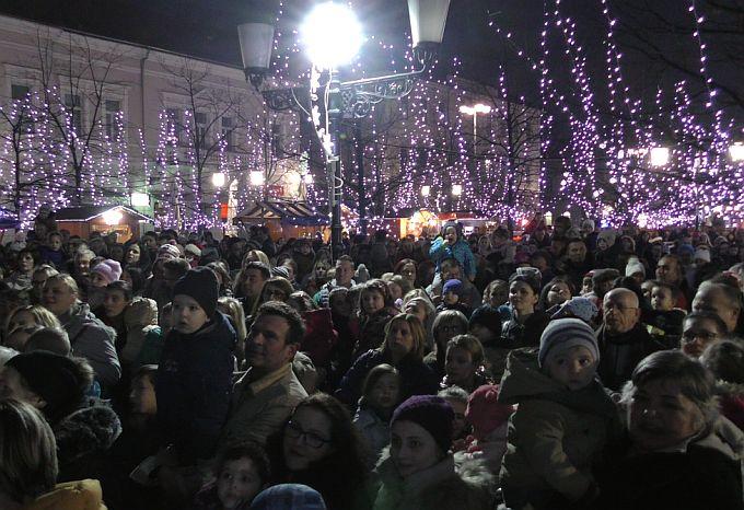 Djeci najdraži svetac, sveti Nikola u Slavonski Brod stigao s više od tisuću pakatića