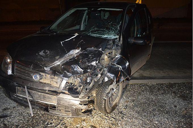 Prednjim dijelom svog automobila vozačica udarila u parkirani teretni automobil
