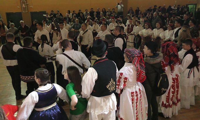 Velikim šokačkim kolom, humanitarnom akcijom i zabavnim programom započelo obilježavanje Dana općine Sibinj