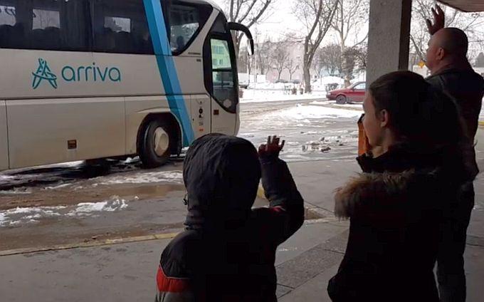 Ovakav prizor naša je svakodnevica: U autobusu koji odlazi na put dug 450 km, nalazi se jedna žena, moja supruga i majka troje djece