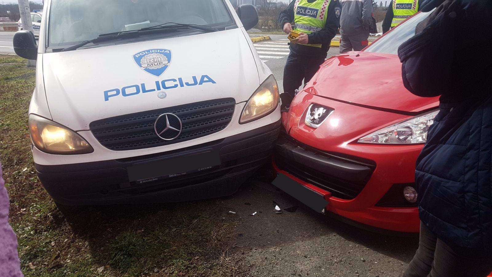 Vozačica udarila policijski auto