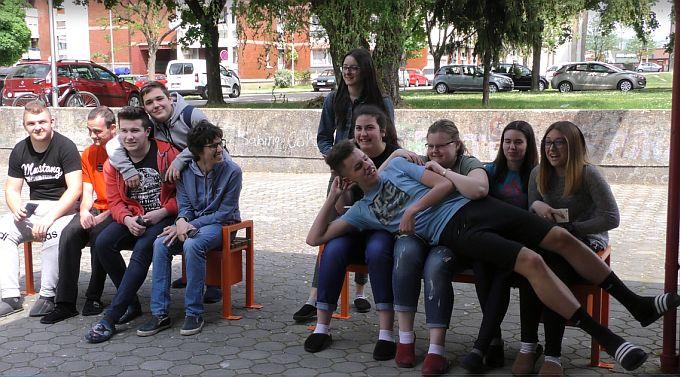 Pametne klupe gimnazijalcima za 100. rođendan poklonili učenici Tehničke i Industrijsko- obrtničke škole
