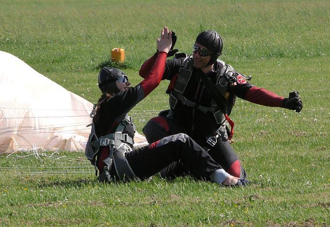 Deset padobranaca spustilo se na aerodrom Jelas u Slavonskom Brodu