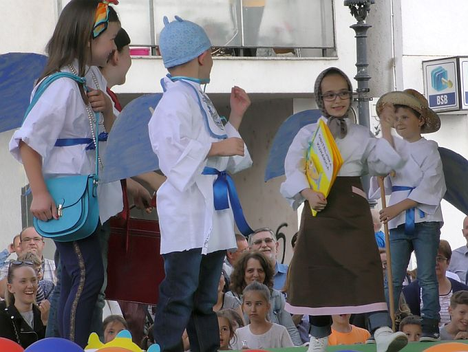 Djeca i ove godine svome gradu za njegov dan, veselo uz pjesmu i ples