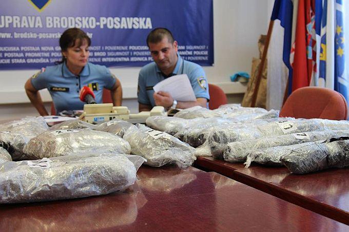 Pala još jedna pošiljka, u unutrašnjosti odbojnika,  žena sakrila 10,5 kilograma paketa marihuane