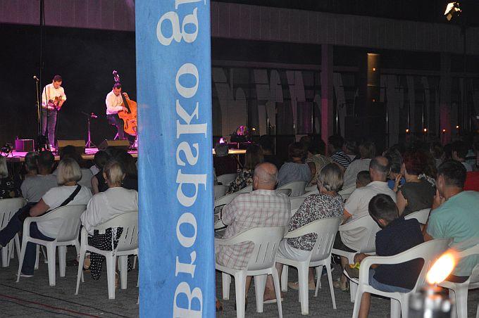 Ljetnu večer upotpunili poznati zvuci Gibonnija, u izvedbi Filipa Novosela na tamburi i Tihomira Hojsaka na kontrabasu
