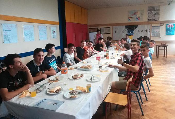 Kakav razred, od 26 elektrotehničara, čak njih 15 su odlikaši, to se moralo proslaviti uz pečenku