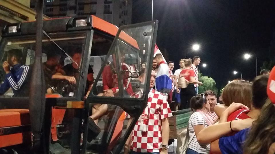 Ekipa iz Podvinja i s Budainke  traktorom  ravno na proslavu pobjede
