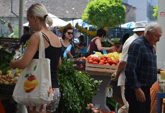 Tržnica kao i svake subote puna, obilaze se štandovi, propituju cijene, traže najbolji domaći proizvodi