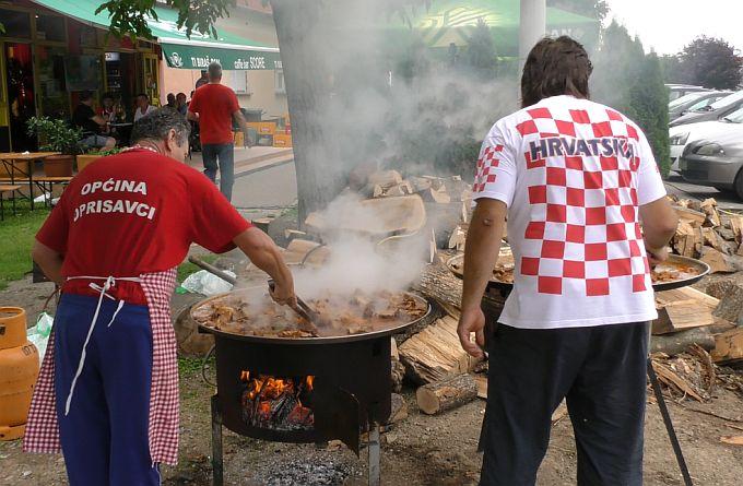 Rekli su, ako pobijedimo Engleze, pečemo vola, i bi tako, u Bukovlju danas fešta prije i nakon utakmice