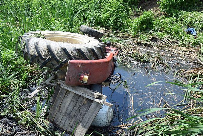U nesreći, nakon prevrtanja traktora, vozač ostao priklješten