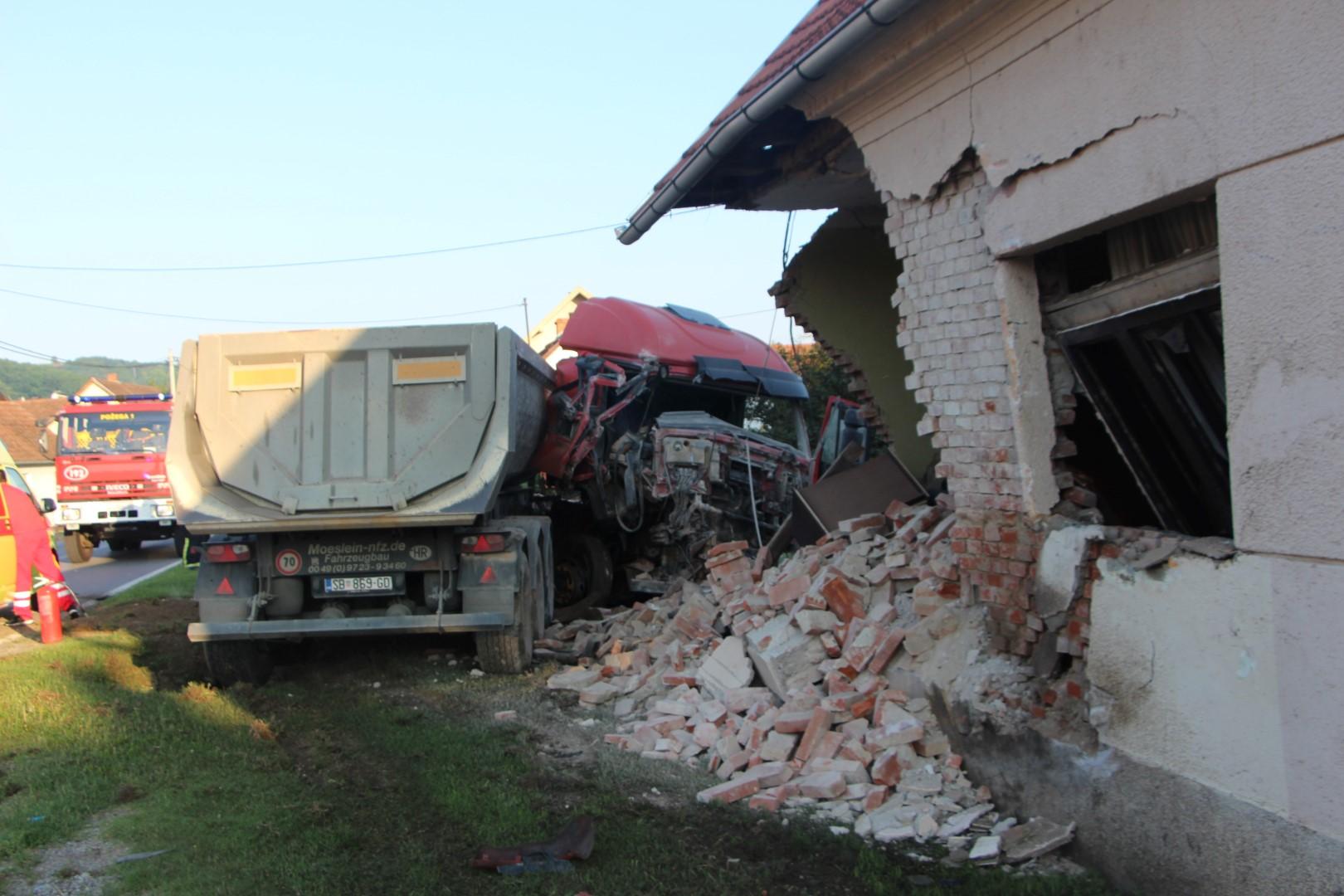 Kamion slavonskobrodskih registracija sletio s ceste i srušio gotovo cijelu kuću