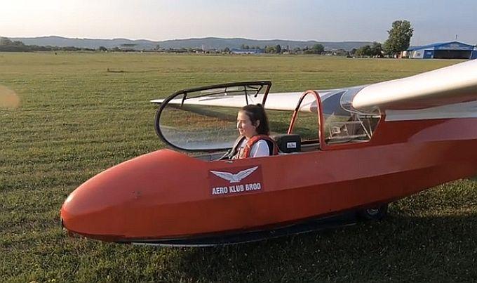 Najmlađa članica Aero kluba Brod, petnaestogodišnja Anđela, imala je svoj prvi samostalni let jedrilicom