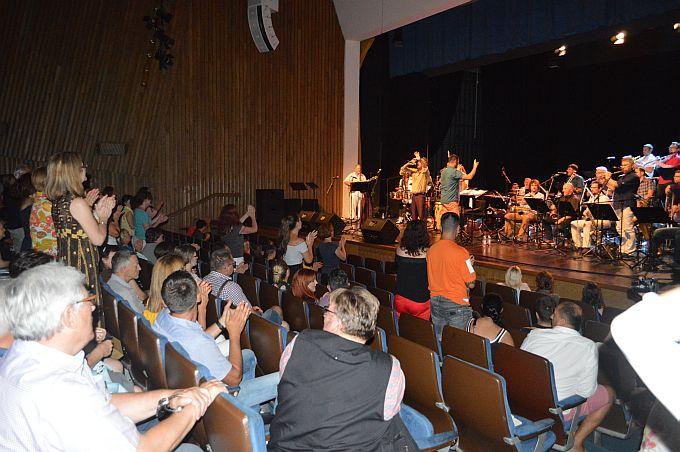 Kubanski ritmovi digli Brođane na noge, koncertom Jazz orkestra HRT-a i Cubisma završeno Brodsko glazbeno ljeto