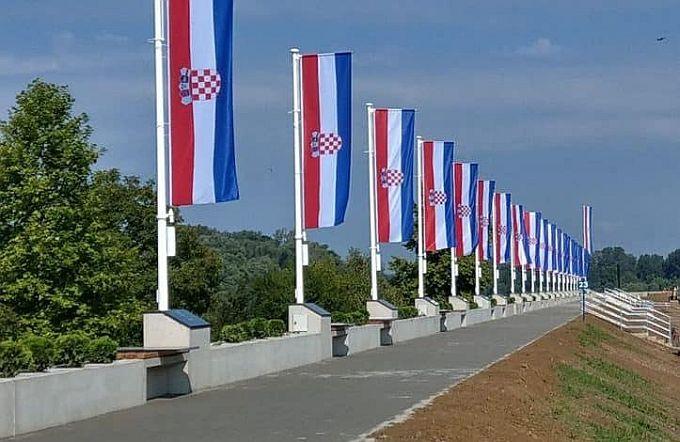 Na novoj Šetnici hrvatskih branitelja u Davoru, u spomen na 18 poginulih hrvatskih vitezova, podignuti stijegovi