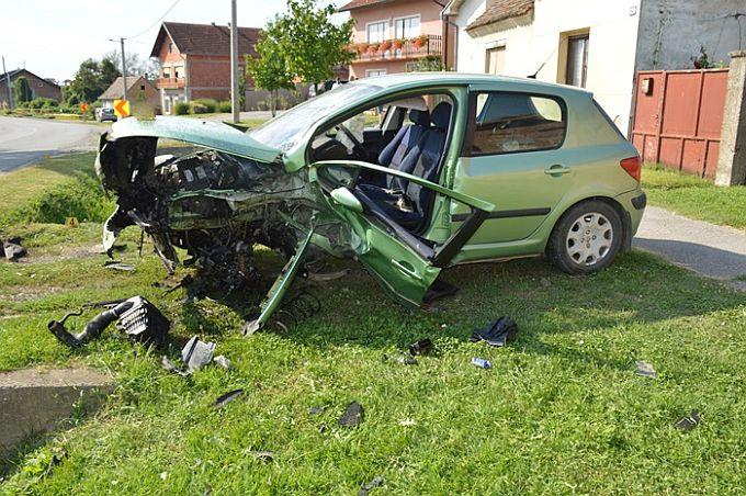 Mladić je zbog brzine izgubio kontrolu nad automobilom, ima 21 godinu i teško je ozljeđen