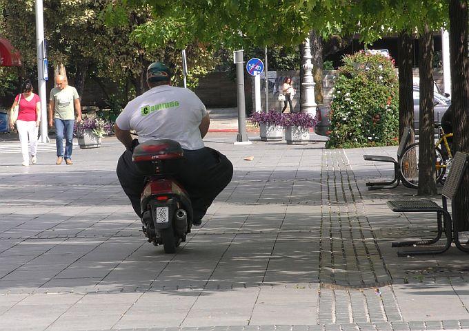 Vožnja svim vrstama vozila Korzom je zabranjena, no gospodin na skuteru to izgleda ne zna