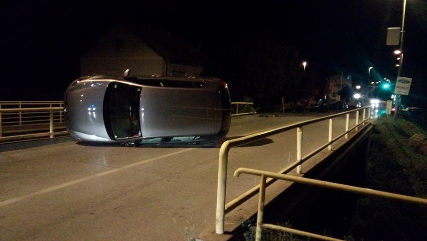 U Zagrebačkoj ulici sinoć je vozač udario u ogradu mosta, sreća nije bilo pješaka ni biciklista, a i vozač je prošao bez ozljeda
