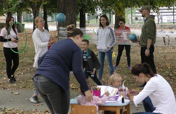 Živjeti zdravo i družiti se u parku, tako je izgledalo današnje subotnje prijepodne brodskih roditelja i njihove djece