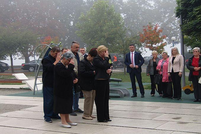 Predsjednica je danas položila cvijeće i zapalila svijeće kod spomenika Prekinuto djetinjstvo i kod Spomenika poginulim braniteljima
