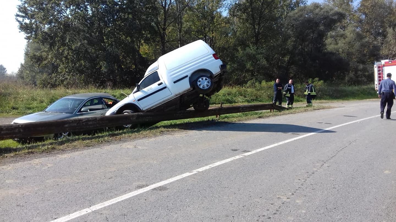 Auto koji je sletio s ceste, preko odbojne ograde prevrnuo se na parkirani auto
