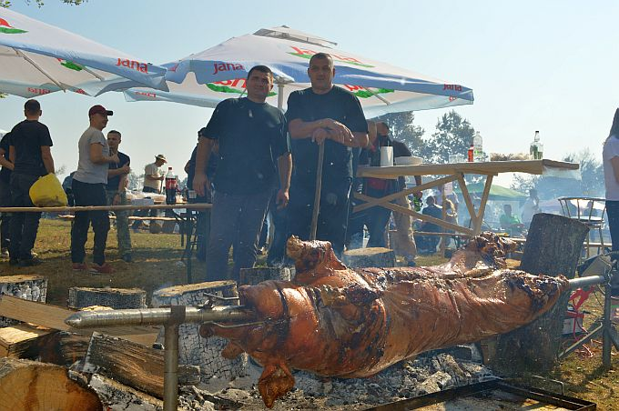 Rekorder je bila pečenka od 105 kilograma, ručno su okretali i pečenku od 60 kilograma, pekli su leptir pečenku, šarane, piliće