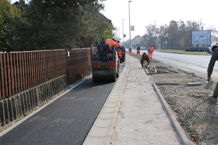 Započelo se s radovima asfaltiranja pješačke i biciklističke staze u Zagrebačkoj ulici