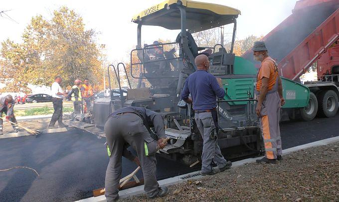 """Jučer se sve """"pušilo"""" na gradskoj aveniji, postavljen je završni sloj asfalta, danas se promet odvija bez gužvi"""