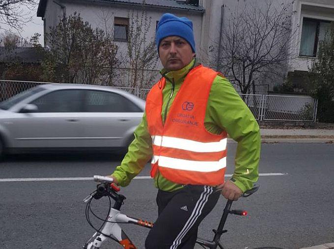Ako sretnete na biciklu policajca na cesti, to je  Denis Čarapina koji savjetima pomaže brodskim biciklistima