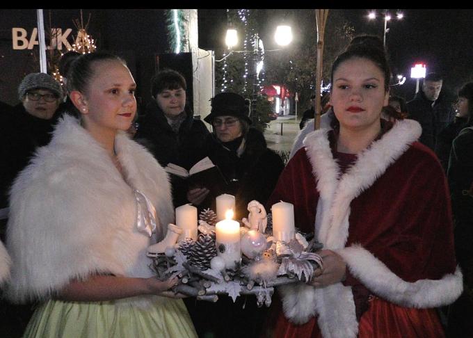 Svaka svijeća na adventskom vijencu ima svoje značenje, prva svijeća simbolizira nadu i iščekivanje