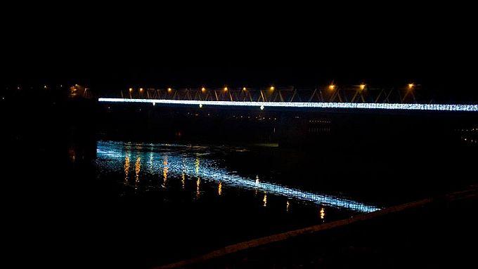 Prvi puta u povijesti, između dva Broda, za predstojeće blagdane osvijetljena je polovica mosta na Savi, kako može još bolje, Franjo ima prijedlog